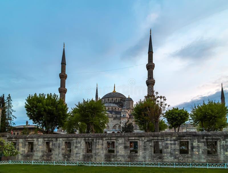 Minarets bleus de la mosquée six et huit dômes secondaires, Istanbul, Su photos libres de droits