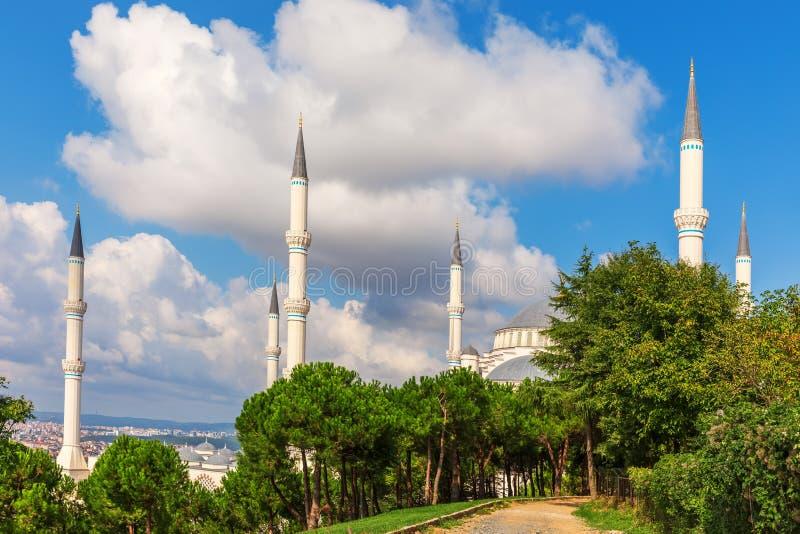 Minarets de la mosquée Camlica à Istanbul, Turquie images stock
