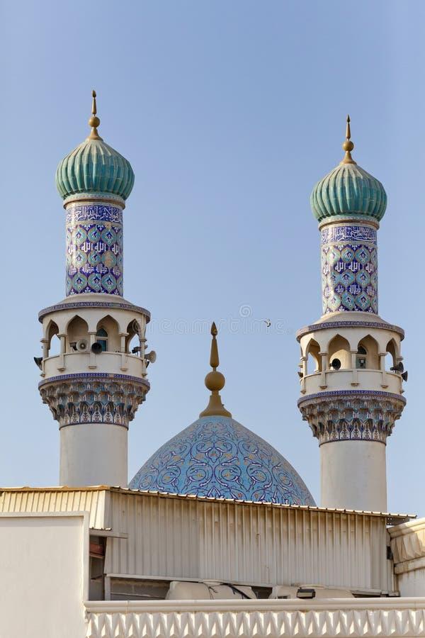 Minarets et dôme de la mosquée contre les cieux bleus photographie stock libre de droits