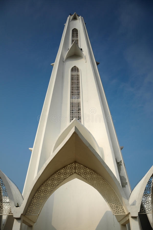 Minarett der Malakka-Straßen-Moschee (Masjid Selat Melaka) in Malakka stockbild
