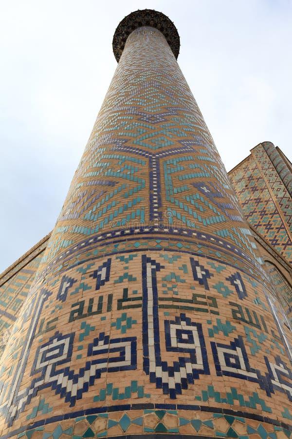 Minarett von Sher Dor Madrasah auf Registan Quadrat lizenzfreie stockfotografie
