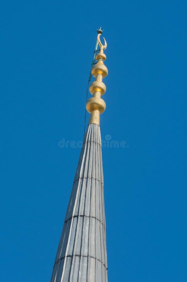 Minaretthelm mit Goldhalbmond in der Nahaufnahme lizenzfreie stockfotos