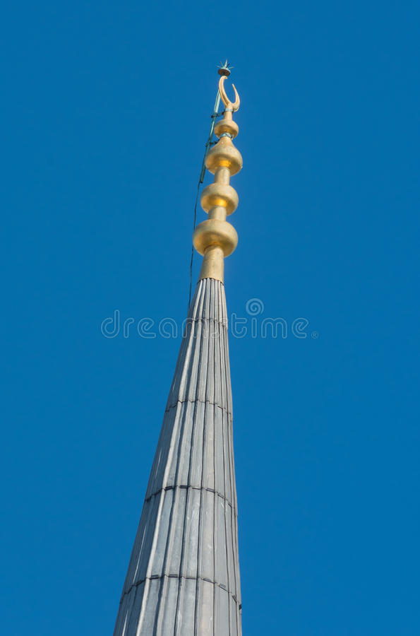 Minarettornspira med det guld- halvmånformigt i closeup royaltyfria foton