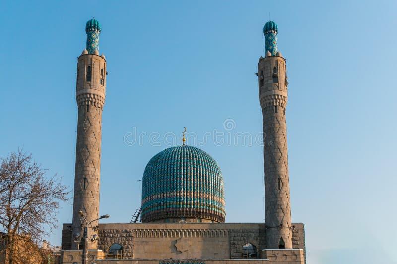 Minarety i błękitna kopuła katedralny meczet fotografia royalty free
