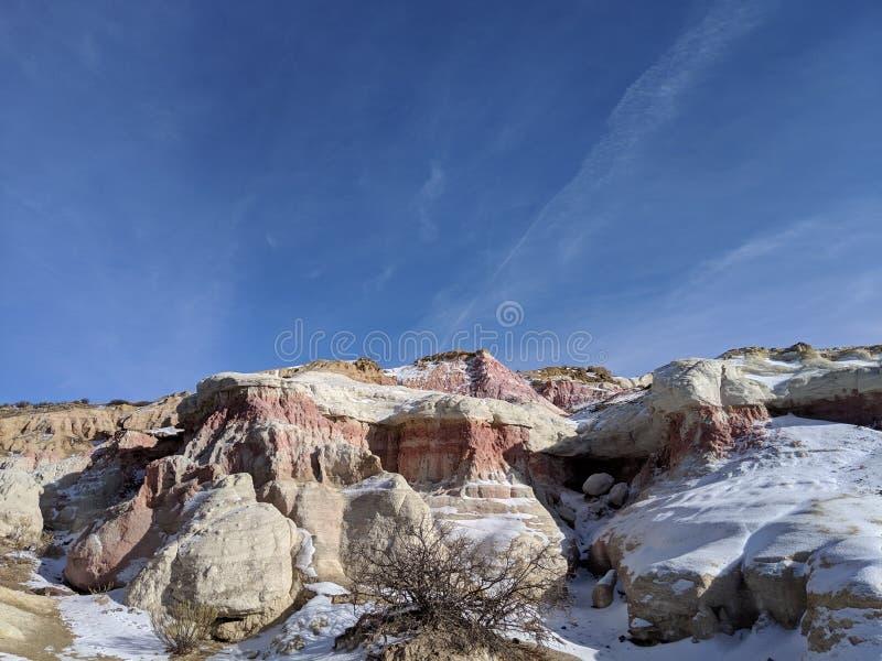 Minas de la pintura rojas y roca blanca con el cielo azul fotografía de archivo libre de regalías