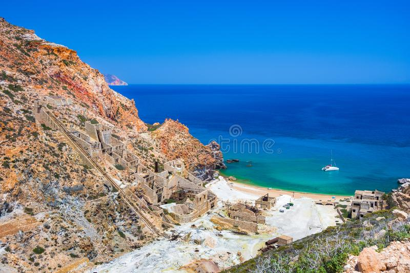 Minas do enxofre e praia abandonadas, Milos ilha, Cyclades foto de stock royalty free