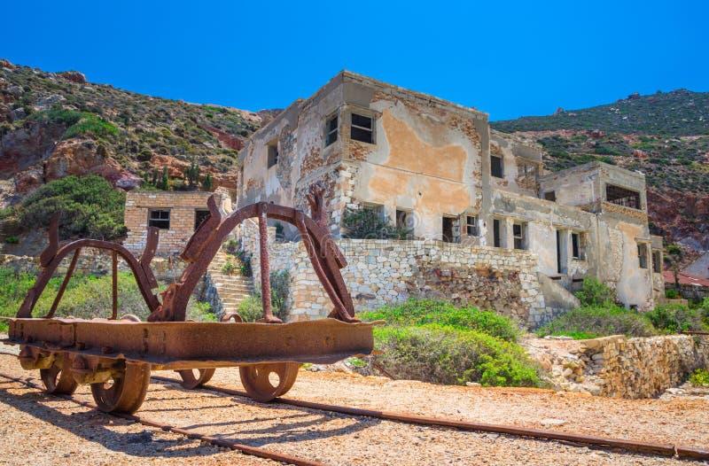 Minas do enxofre e praia abandonadas, Milos ilha, Cyclades imagem de stock