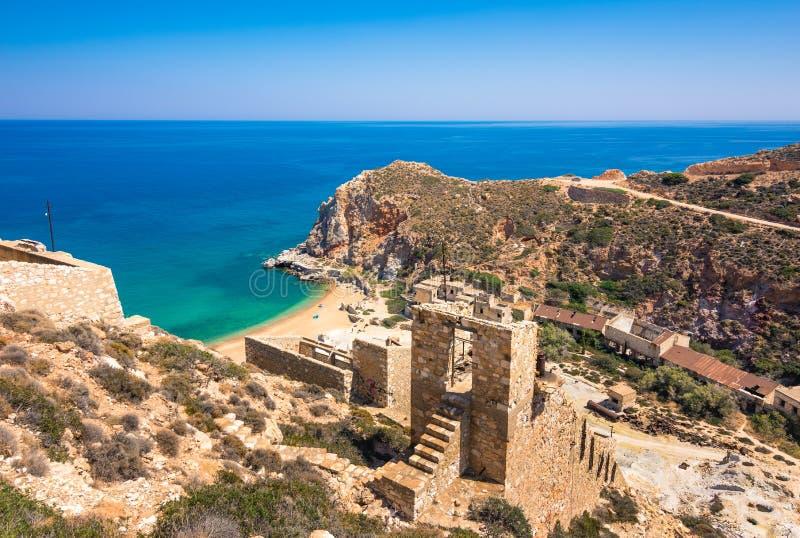 Minas do enxofre e praia abandonadas, Milos ilha, Cyclades fotografia de stock