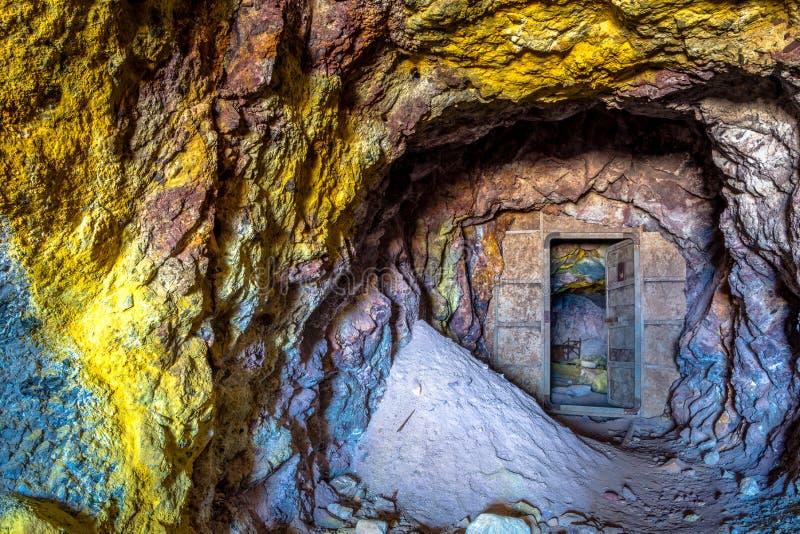 Minas do enxofre e praia abandonadas, Milos ilha, Cyclades imagens de stock royalty free