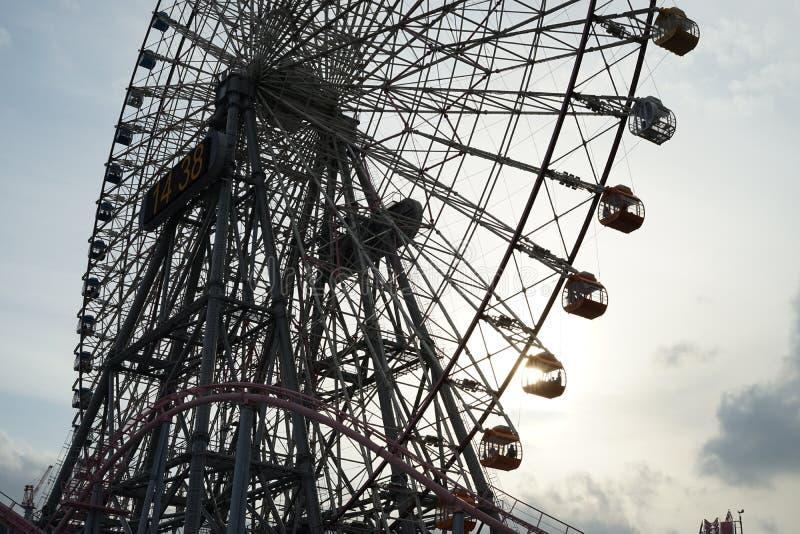 Minato Mirai coucher du soleil de grande roue et de Cosmo d'horloge image libre de droits
