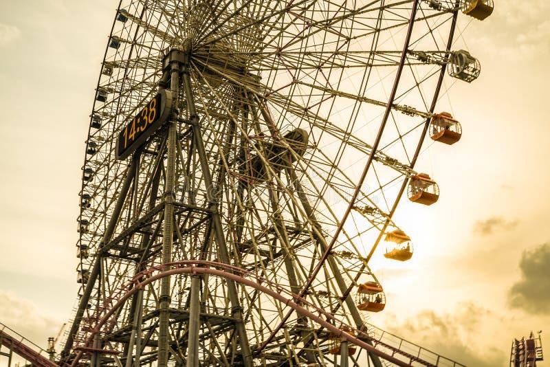 Minato Mirai coucher du soleil de grande roue et de Cosmo d'horloge photo libre de droits