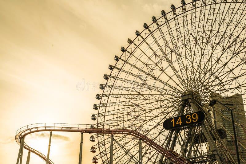 Minato Mirai coucher du soleil de grande roue et de Cosmo d'horloge photos libres de droits