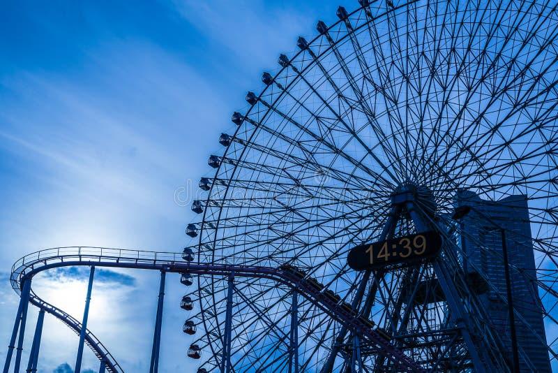 Minato Mirai coucher du soleil de grande roue et de Cosmo d'horloge photographie stock libre de droits