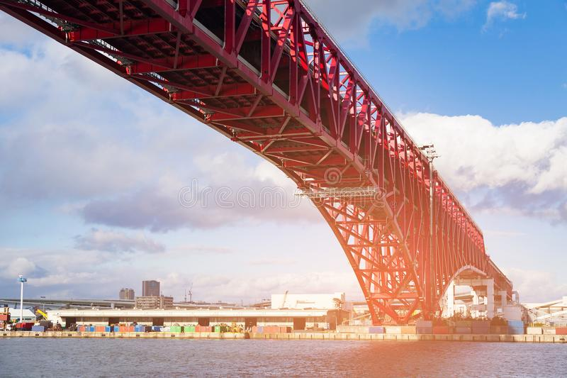 Minato most w Osaka, Japonia nad port morski linią horyzontu i niebieskim niebem fotografia stock