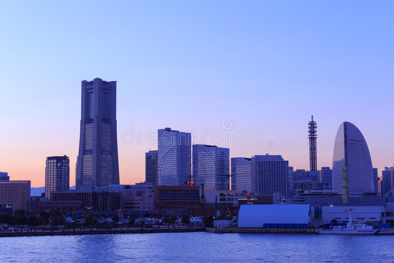 Minatomirai在黄昏的21个区域在横滨,日本 免版税图库摄影