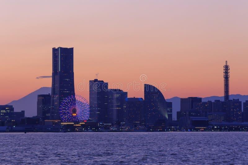 Minatomirai的,横滨摩天大楼在微明下 免版税库存图片