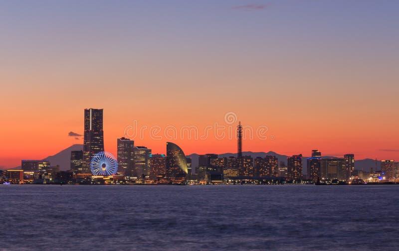 Minatomirai的,横滨摩天大楼在微明下 库存图片