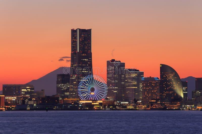 Minatomirai的,横滨摩天大楼在微明下 免版税库存照片