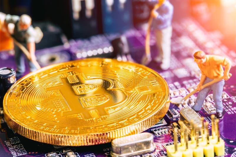 Minatore miniatura del bitcoin dell'oro di vangata del lavoratore fotografie stock