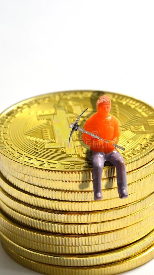 Minatori di Bitcoin su un bitcoin fotografia stock libera da diritti