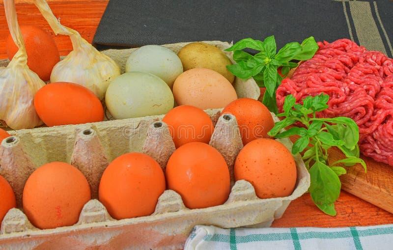 mince Gehakt met ingrediënten voor het koken Gemengd gehakt klaar aan het maken van burgers, vettige ` s, meaetballs Voedsel royalty-vrije stock afbeelding
