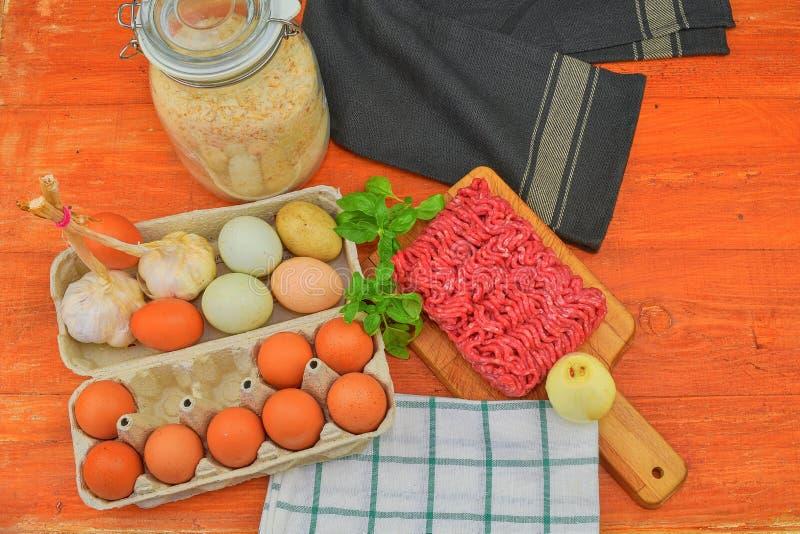 mince Gehakt met ingrediënten voor het koken Gemengd gehakt klaar aan het maken van burgers, vettige ` s, meaetballs Voedsel stock foto's