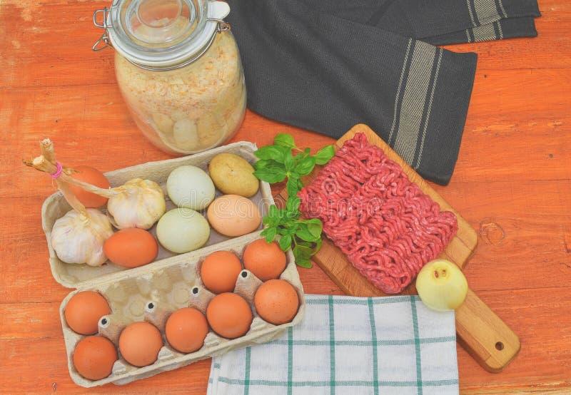 mince Gehakt met ingrediënten voor het koken Gemengd gehakt klaar aan het maken van burgers, vettige ` s, meaetballs Voedsel royalty-vrije stock fotografie