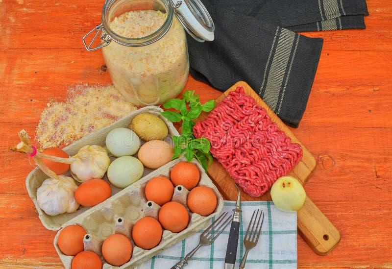 mince Gehakt met ingrediënten voor het koken Gemengd gehakt klaar aan het maken van burgers, vettige ` s, meaetballs Voedsel royalty-vrije stock foto's