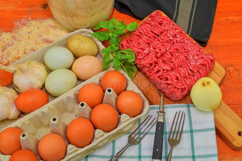 mince Gehakt met ingrediënten voor het koken Gemengd gehakt klaar aan het maken van burgers, vettige ` s, meaetballs Voedsel stock fotografie