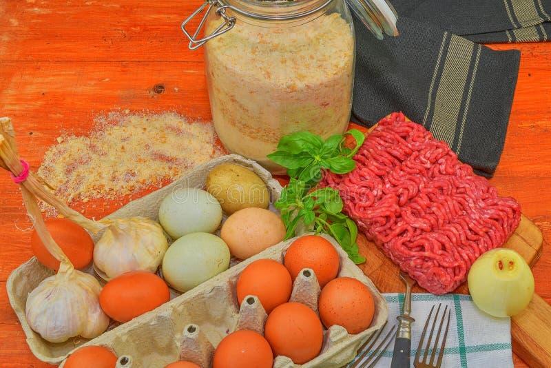 mince Gehakt met ingrediënten voor het koken Gemengd gehakt klaar aan het maken van burgers, vettige ` s, meaetballs Voedsel stock afbeeldingen