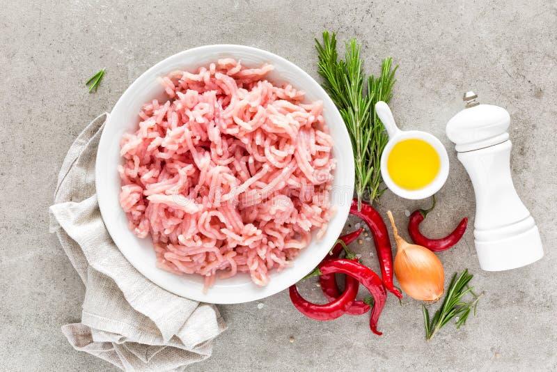 mince Gehakt met ingrediënten voor het koken op lichtgrijze achtergrond royalty-vrije stock foto's