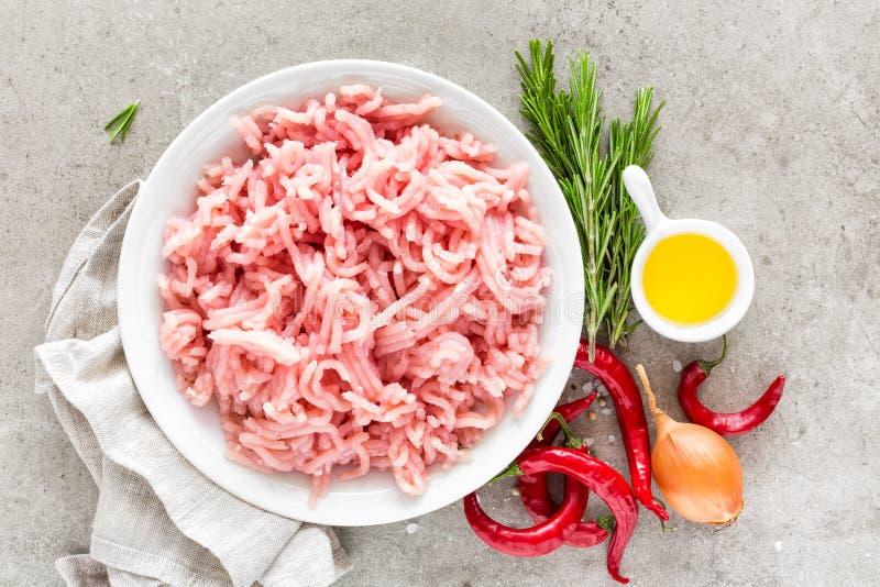 mince Gehakt met ingrediënten voor het koken op lichtgrijze achtergrond stock afbeelding