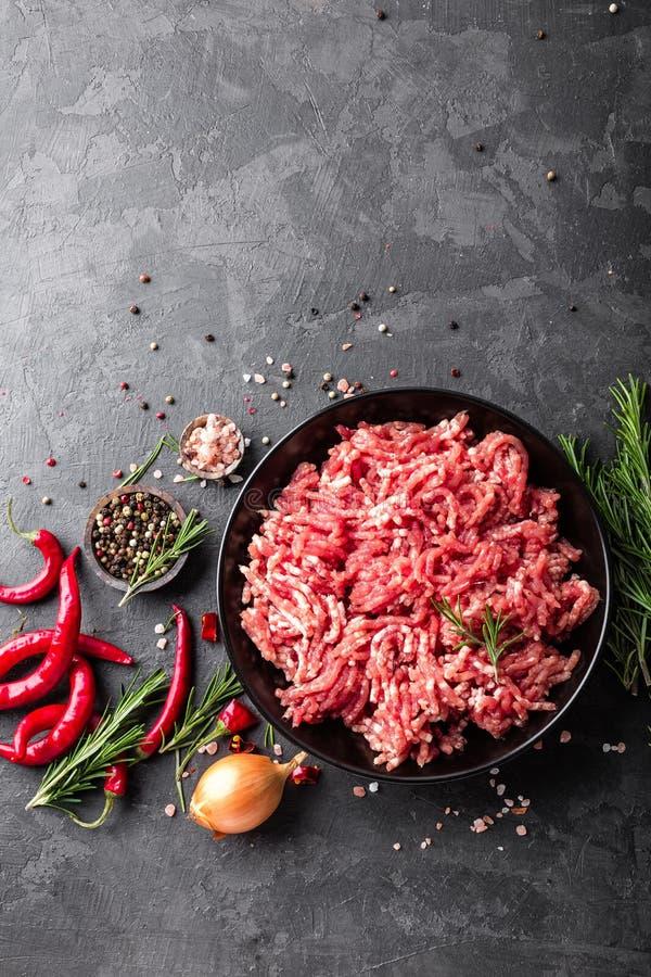 mince Gehakt met ingrediënten voor het koken op zwarte achtergrond stock afbeelding