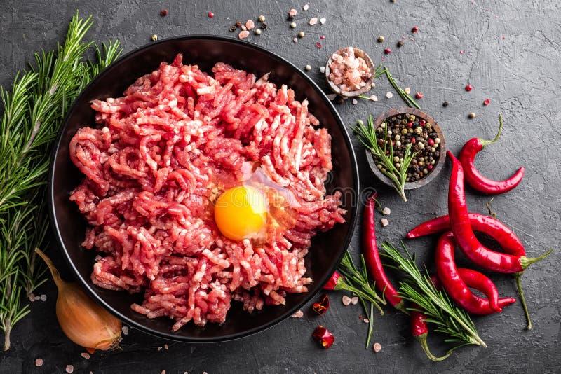mince Gehakt met ingrediënten voor het koken op zwarte achtergrond stock fotografie