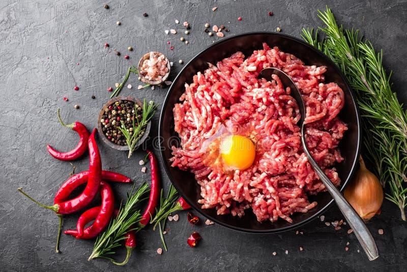 mince Gehakt met ingrediënten voor het koken op zwarte achtergrond royalty-vrije stock afbeelding