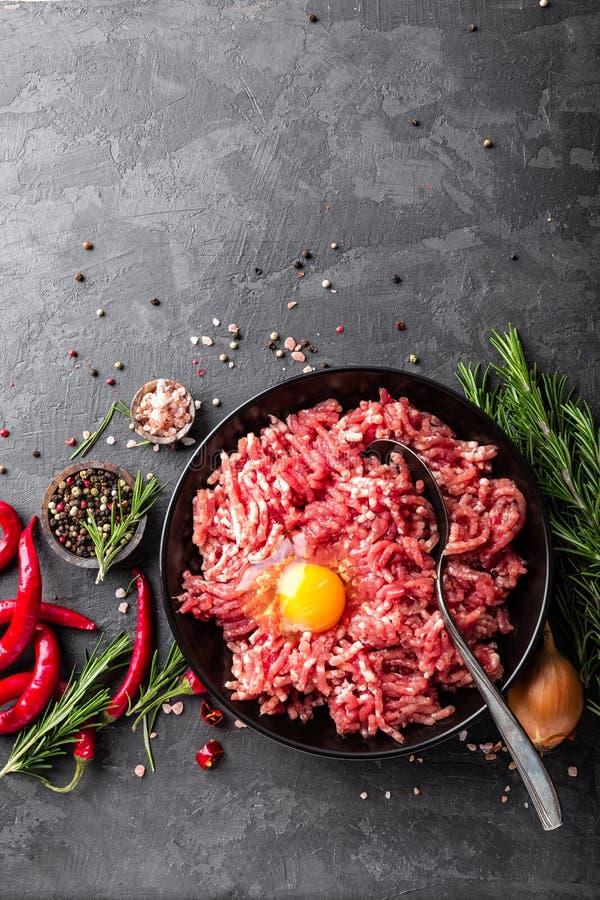 mince Gehakt met ingrediënten voor het koken op zwarte achtergrond royalty-vrije stock afbeeldingen