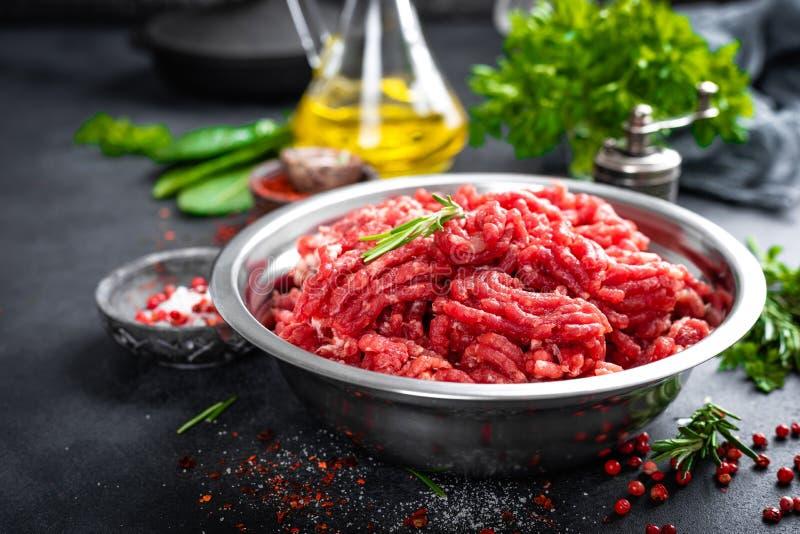 mince Gehakt met ingredi?nten voor het koken stock afbeelding