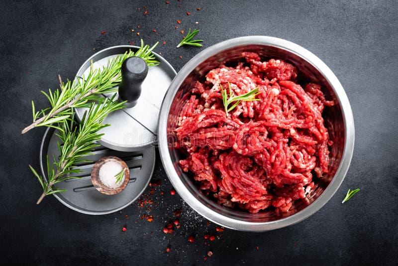 mince Gehakt met ingredi?nten voor het koken stock foto