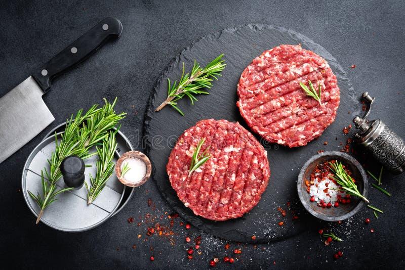 mince Gehakt met ingredi?nten voor het koken stock fotografie