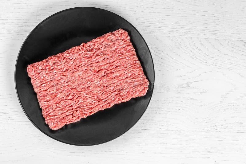 mince Hackfleisch auf weißem hölzernem Hintergrund Beschneidungspfad eingeschlossen stockfotografie