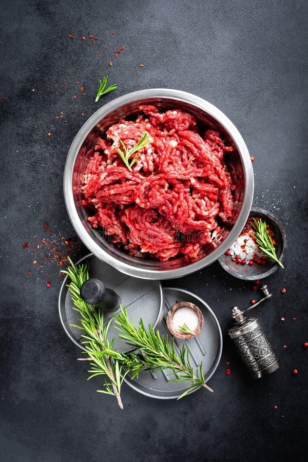 mince Hackfleisch mit Bestandteilen f?r das Kochen stockfoto