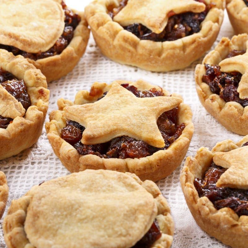 Mince pie casalinghi tradizionali della frutta su bianco immagine stock