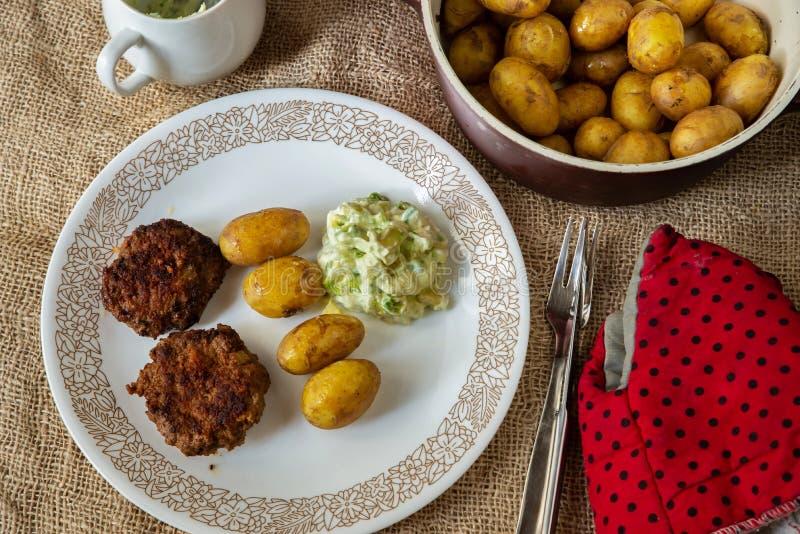 Minced mięsnych piłek, gruli i avocado upad na wieśniaka stole, fotografia royalty free