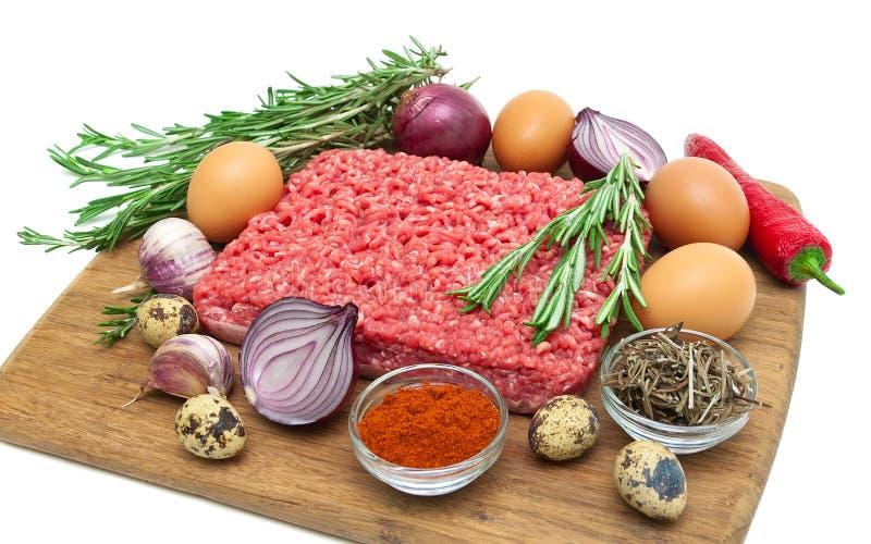 Minced mięso wołowina i różny foods zbliżenie Biały backgroun fotografia royalty free