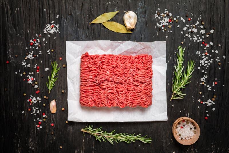 Minced mięso z podprawą i świeżymi rozmarynami zdjęcie royalty free