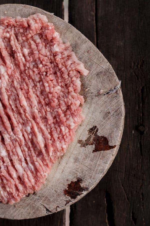 Minced wieprzowiny mięso umieszcza na tnącej desce zdjęcia royalty free
