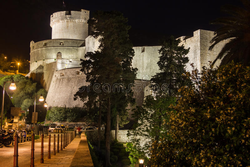 Minceta塔和市墙壁 杜布罗夫尼克市 克罗地亚 免版税库存照片