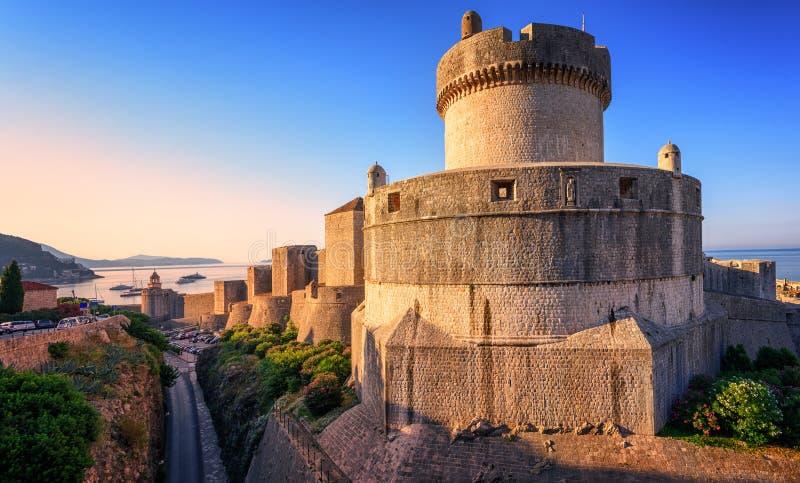 Minceta torn och Dubrovnik stadsväggar, Kroatien arkivfoto