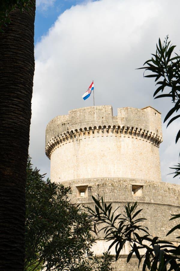 Minceta wierza przy sanset ?wiate? i Dubrovnik miasta ?redniowiecznymi starymi grodzkimi ?cianami, Chorwacja obraz stock