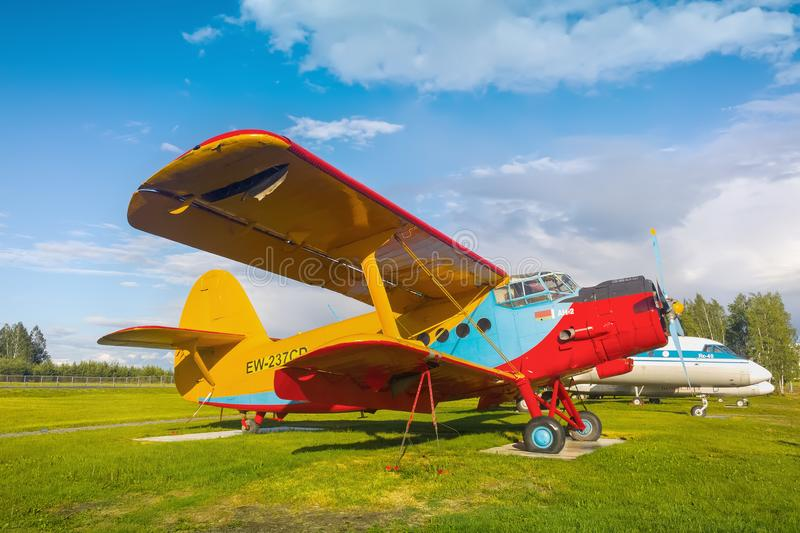 Minck, Bielorrusia 13 de junio de 2017: Viejo avión del biplano AN-2 cerca del edificio del aeropuerto Aeropuerto nacional de Min fotografía de archivo